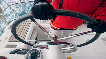 curso : Captain is holding a steering wheel of a boat Vídeos