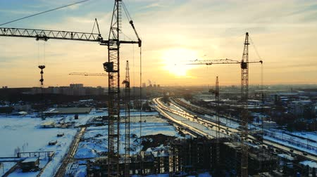 незаконченный : Building is getting constructed by cranes