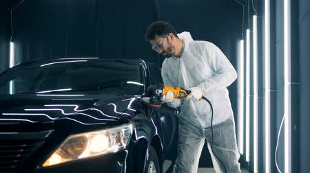 functioning : Serviceman is polishing cars wing with a professional tool Stock Footage