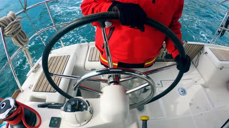 girandola : Steering wheel of a moving boat is being held by a person Filmati Stock