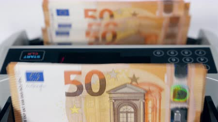eur : Calculating device is processing euro banknotes Dostupné videozáznamy