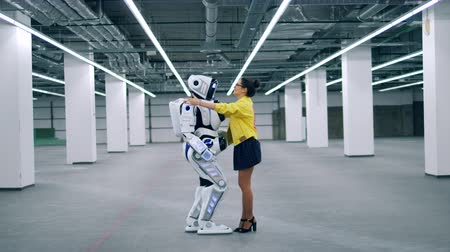 pozdravit : Android and a girl hug, greeting each other and talking. Dostupné videozáznamy