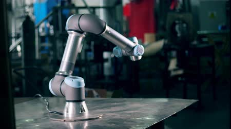 Modern robot works at a factory, moving on a table. Filmati Stock