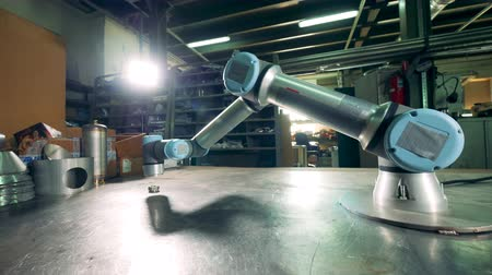 Cybernetic tool working on a factory table in a facility. Filmati Stock