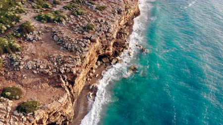 águas : Cliffs at the seashore with swashing waves Vídeos
