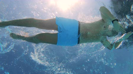 nadador : A person swimming in a pool during vacation. Stock Footage