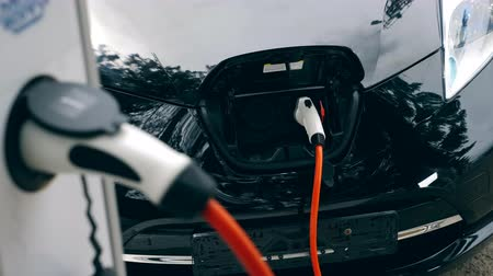 tankowanie : Electric car charging on a modern station. Electric vehicle charging. Wideo