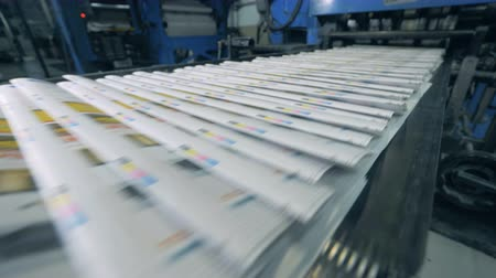 visão global : Printed magazines are moving along the transporter. Printing newspapers in typography. Stock Footage