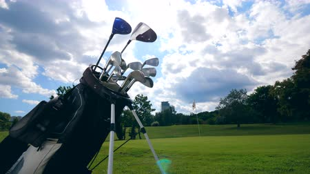 empilhados : Golf course with clubs stacked in the bag