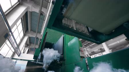 poliester : Green machines work with synthetic fiber at a plant. Archivo de Video