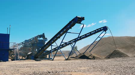 mine de charbon : Industrial crusher works with rubble.