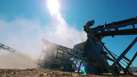 pedreira : Mining industry equipment. Big crusher works with rubble.