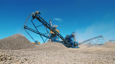 mine de charbon : Modern machine crushes rubble at a quarry. Mining industry equipment.