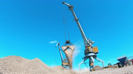 pedreira : Two cranes work at a quarry, moving rubble. Industrial mining concept. Stock Footage