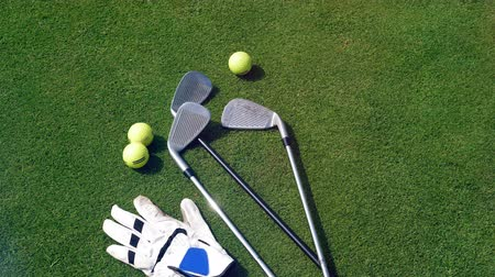 taşaklar : Golfing equipment lying on a golf course. Stok Video