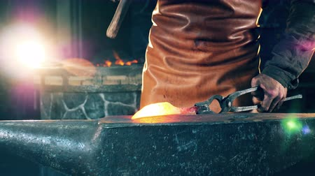 kowalstwo : Metal tool is being forged while heated