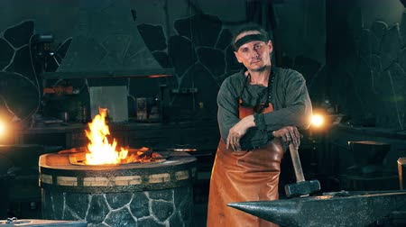 kowalstwo : Male blacksmith is standing in a functioning smithy Wideo
