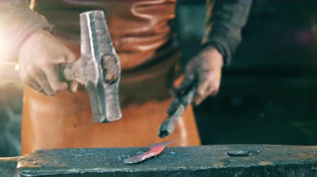 kowalstwo : Hammering of a metal element in the smithy Wideo