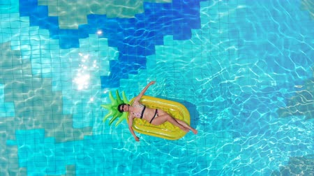 матрац : One girl lying on a rubber mattress in a pool. Sea Luxury Vacation concept.
