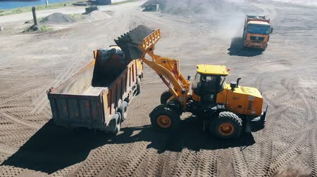 minério : Construction site with rubble getting relocated by vehicles. Mining equipment at quarry. Vídeos