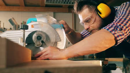 velo : Professional carpenter uses circular saw while working with wood. Stock Footage