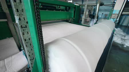 sentetik : Cotton wool is being wound into a reel mechanically