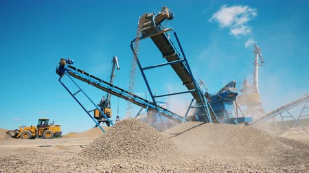 mijnwerker : Rubble moving on a conveyor of a crushing machine. Mining industry concept. Stockvideo