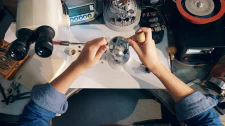 platina : Jeweler is working on a ring with gemstones. Jeweler Working jewelry Vídeos
