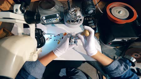 platina : Top view of a ring getting made by a craftsman. Jeweler working. Dostupné videozáznamy