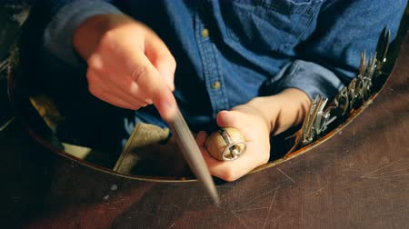 platina : Male silversmith is burning the frame of the silver ring. A ring is getting polished by the silversmith Vídeos