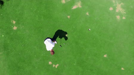 golfjátékos : Male golfer is scoring in a view from above