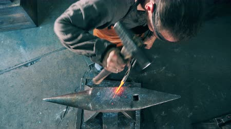 kowalstwo : Blacksmith shaping a knife on anvil, hitting it with a hammer. Wideo