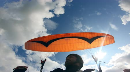 szybowiec : Paragliding activity in sky. Male paraglider is moving against the sky with the vehicle Wideo