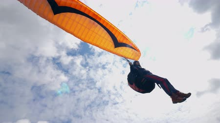 parachutisme : Man is flying the sky with the paraglider. Paragliding activity in sky. Vidéos Libres De Droits