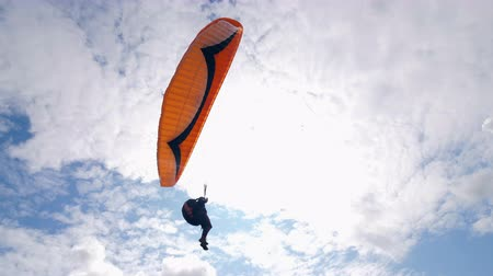 szybowiec : Male paraglider is flying far in the air. Paragliding activity in sky. Wideo