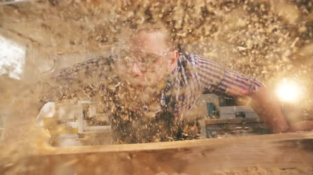 стружки : Slow motion of wood chippings getting blown away