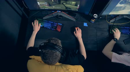 counter strike : Men are playing an MMORPG game in a view from above
