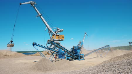 miniera : Outdoors quarrying yard with loading equipment