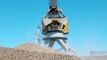 carregamento : Mining Excavation equiipment. Transportation of the excavated rubble at the mining site