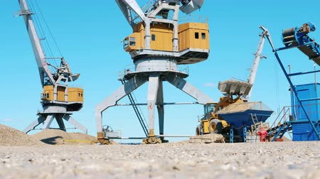 buldózer : Industrial yard with quarrying and loading vehicles. Mining Excavation equiipment.