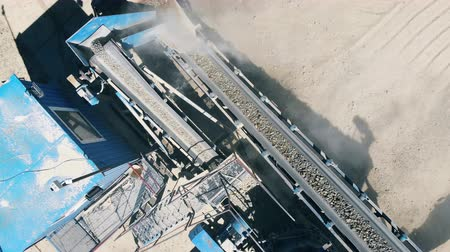 mijnwerker : Conveyor machinery with ground rocks moving along it Stockvideo