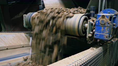 кирпичная кладка : Gravel is falling from the industrial conveyor