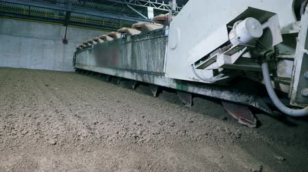 strukturální : Industrial machine is leveling dry cement