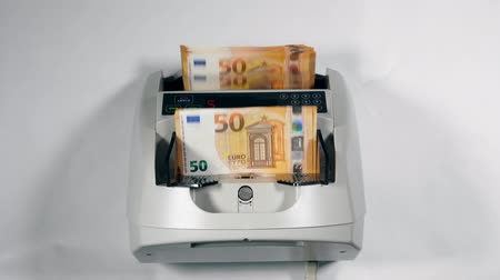 automatický : Counting device checks euro banknotes automatically.