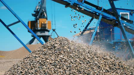 гидравлический : Growing pile of gravel at the quarrying site