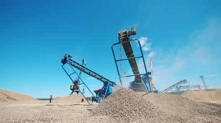 hydraulik : Mining site with machines processing gravel Videos