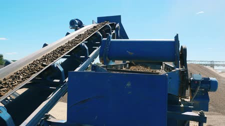 minério : Industrial machine is quarrying gravel outdoors