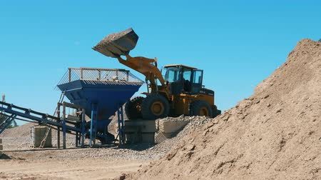 sfruttamento : Excavator is transporting gravel at the mining yard