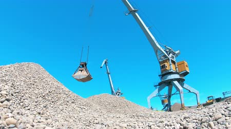 explotacion : Mining site with gravel getting mechanically relocated
