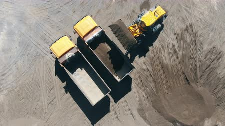 sfruttamento : Top view of gravel unloading process held with the vehicles